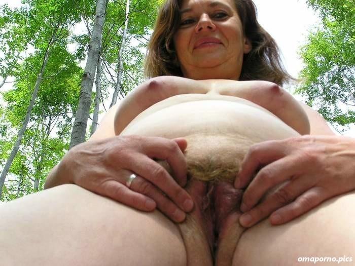 Muschi nackt im wald